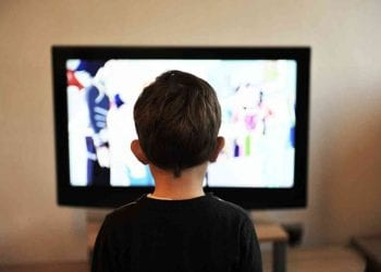 Bambino davanti alla TV, Credit Pixabay