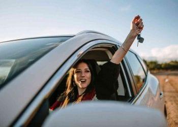 Ragazza in auto, Credit iStockphoto