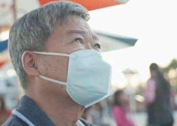 Anziano asiatico con la mascherina, ritorna il Covid a Pechino, Credits iStockPhoto