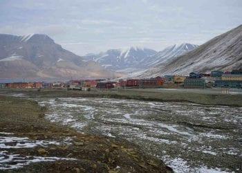 L'abitato del villaggio di Longyearbyen, dove si è registrata la temperatura da record. Permafrost a rischio fusione