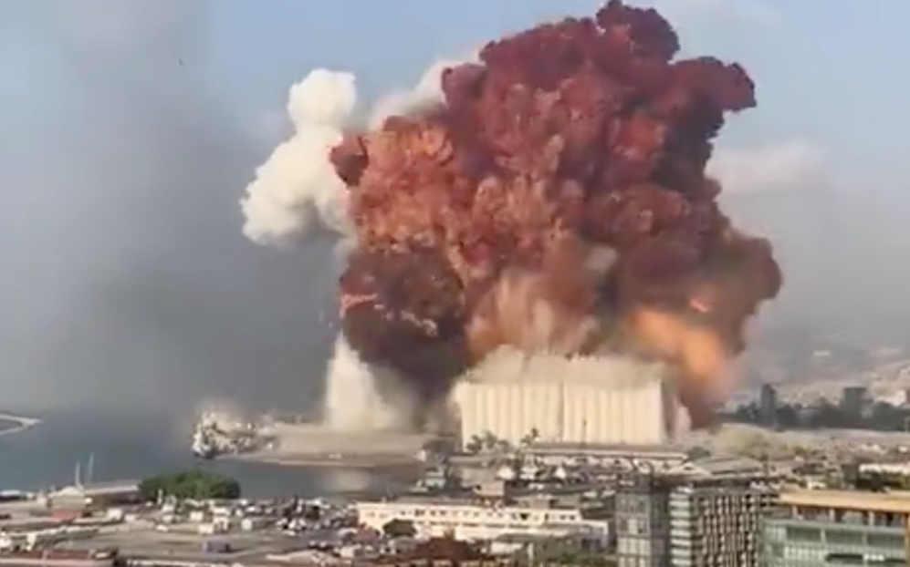 MAXI ESPLOSIONI a Beirut |  immagini impressionanti |  come una bomba atomica