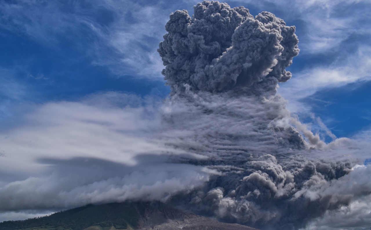 VULCANO SINABUNG esplode, potente eruzione: il VIDEO