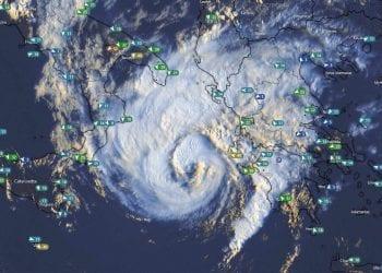 La tempesta uragano poco prima di raggiungere le isole greche, con l'occhio presente poco al largo.