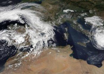Tempesta subtropicale Alpha (a sinistra) e Medicane Ianos (a destra) nel Mediterraneo il 18 settembre.