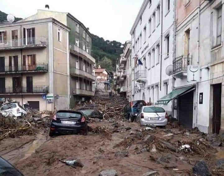 Sardegna: ALLUVIONE a BITTI, l'onda di piena fra le case è da paura. Video