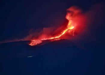 Istantanea dell'eruzione dal vulcano Etna innevato