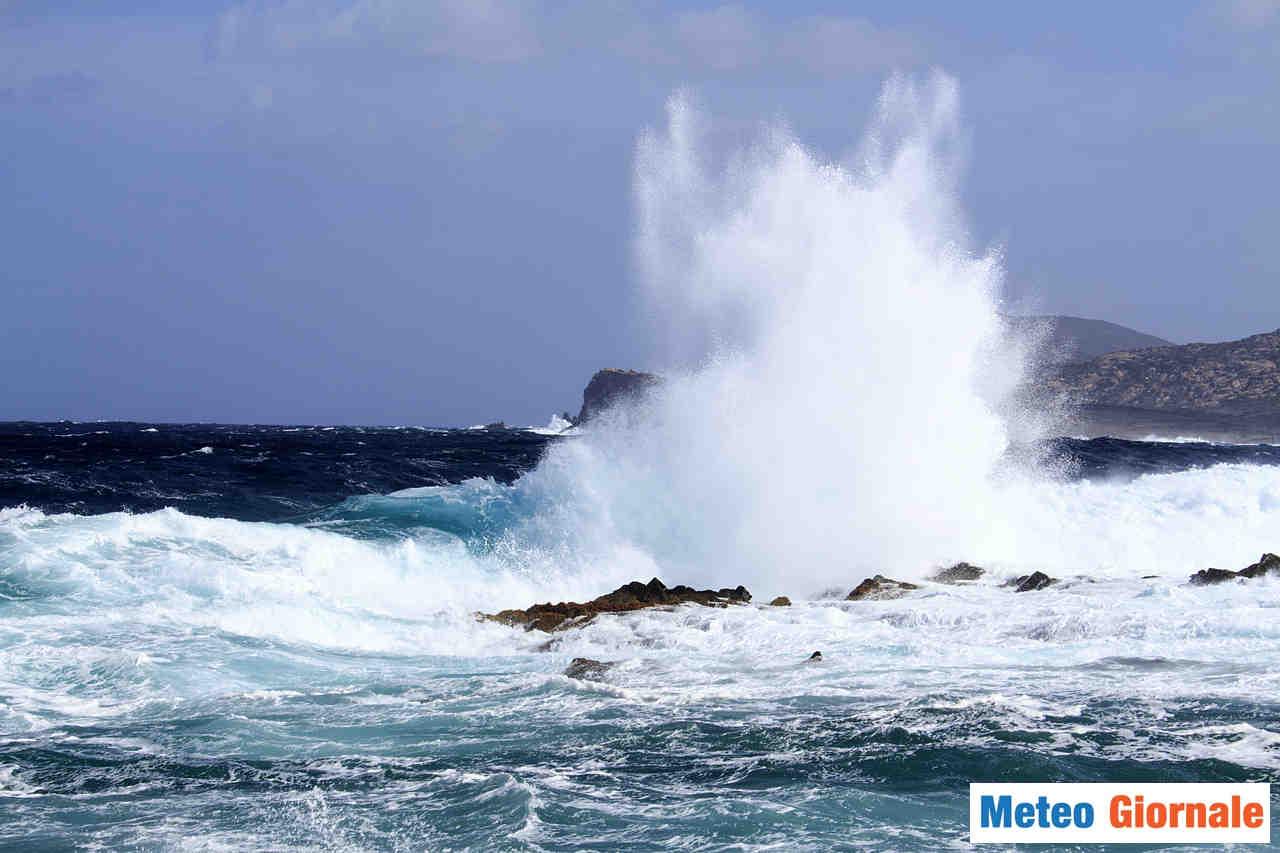 Condizioni proibitive del mare nei prossimi giorni, con rischio mareggiate sulle coste esposte.