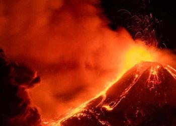 Immagine del vulcano nel pieno dell'eruzione