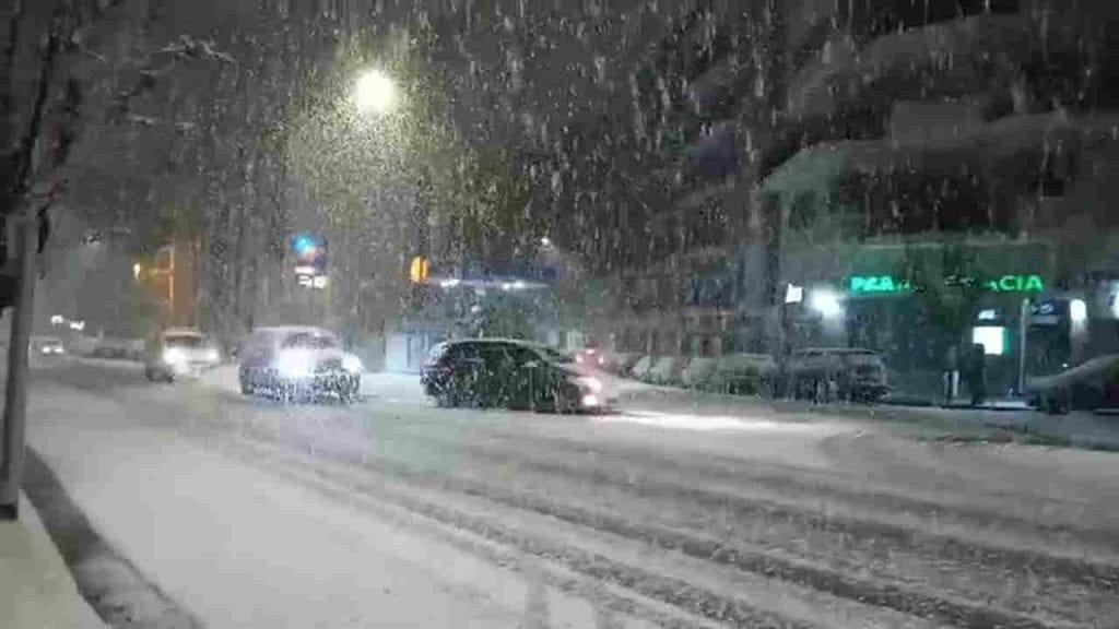 NEVE al Sud Italia. Cosenza sotto un'abbondante nevicata, il video