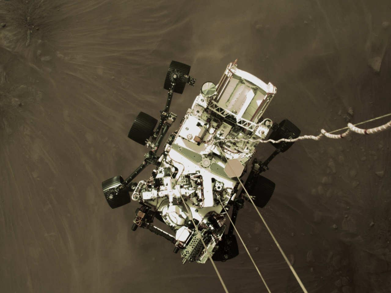 Momento in cui il rover sta per toccare il suolo marziano