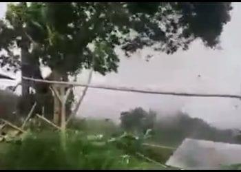 Un frammento del video del tornado in Indonesia