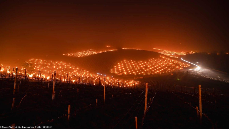 Lo spettacolo legato ai bracieri disseminati nei campi coltivati in Francia