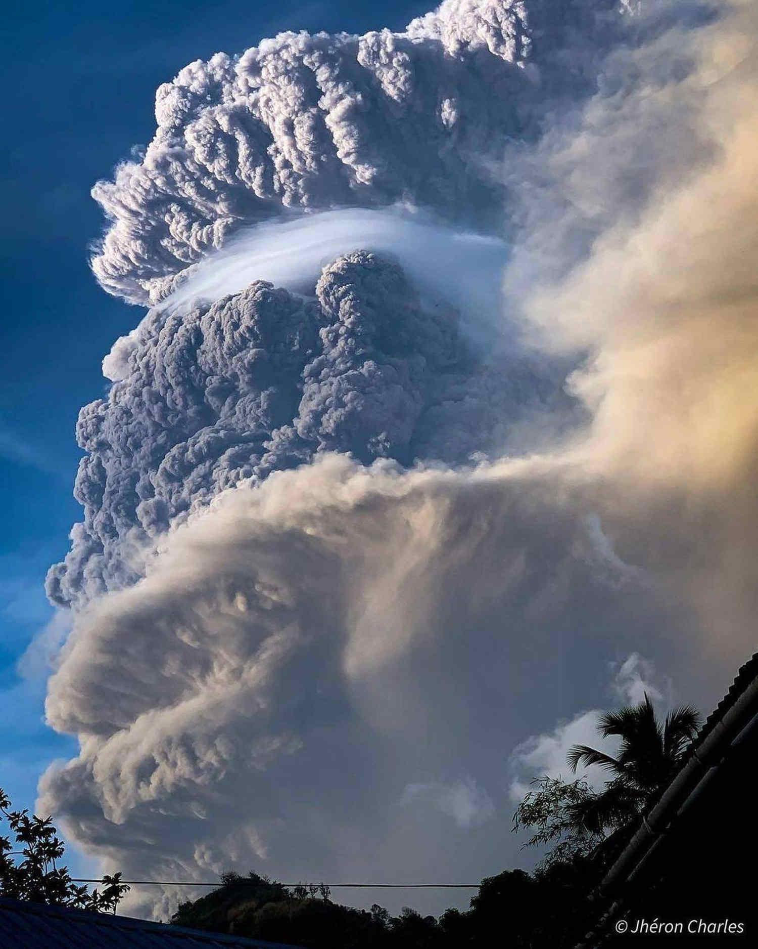 Incredibile innalzamento della nube vulcanica