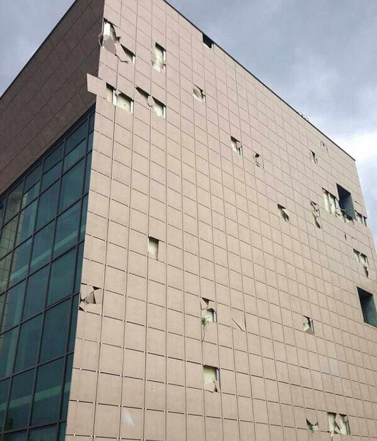 I danni ad un edificio provocati dal passaggio del tornado di fine aprile 2014