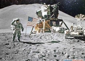 uomo sepolto nella luna