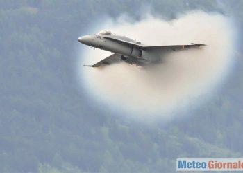 Aereo supersonico che tocca la velocità del suono.