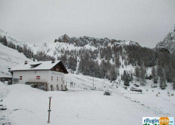 Panorama invernale a inizio mattinata del 19 maggio al Rifugio Città di Fiume nelle Dolomiti a quasi 2000 metri d'altezza