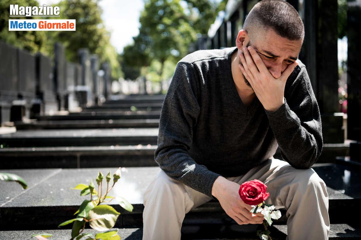 giovane in lutto per la perdita di un suo caro per covid - COVID-19, la disinformazione della scienza, o pseudo tale, uccide più che la Pandemia
