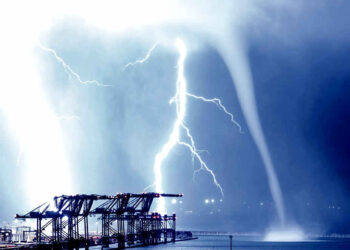 tromba 350x250 - Tromba marina illuminata dal fulmine: catturato l'istante meteo perfetto