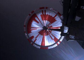 Le immagini del paracadute, che ha consentito il delicato ammartaggio del rover Perseverance