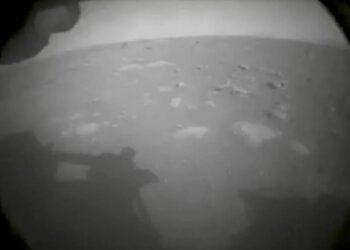 La prima immagine mandata da Perseverance poco dopo l'arrivo su Marte