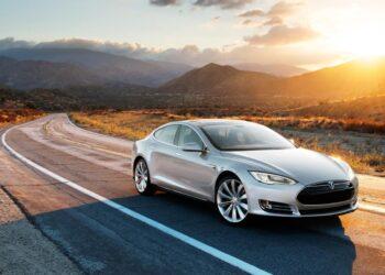 Tesla grigio S vista al tramonto.