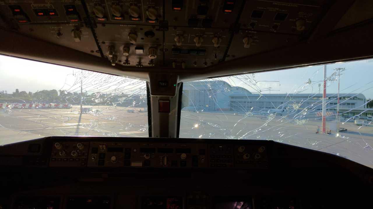 E6M2nG4XoAY6keN - Malpensa, aereo seriamente danneggiato da una grandinata tra Lombardia e Piemonte